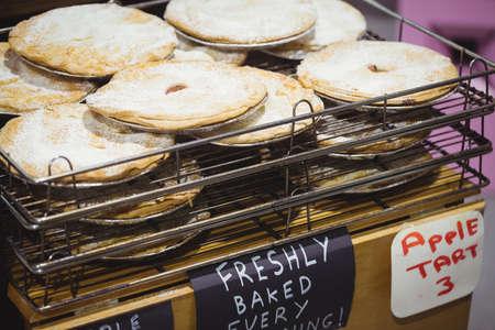 cooling: Apple tart on cooling rack in supermarket LANG_EVOIMAGES