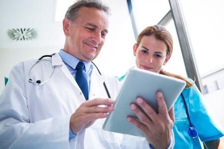 Aggiusti e curi la discussione sopra la compressa digitale all'ospedale Archivio Fotografico - 62512862