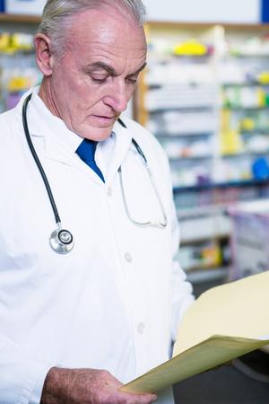 recetas medicas: recetas de lectura del farmacéutico en la farmacia Foto de archivo