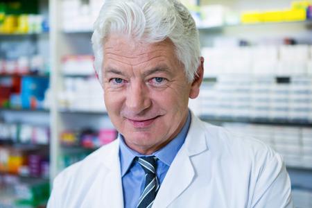 bata de laboratorio: Retrato de farmacéutico en bata de laboratorio en la farmacia