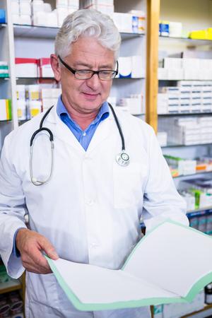 recetas medicas: Pharmacist reading prescriptions in pharmacy