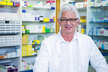 lab coat: Retrato de farmacéutico en bata de laboratorio en la farmacia