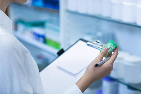 Scrittura del farmacista sulla lavagna per appunti mentre controllando medicina nella medicina Archivio Fotografico - 62471585