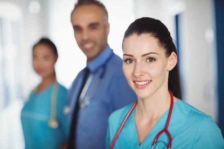 Retrato sonriente médico y de enfermería en el hospital