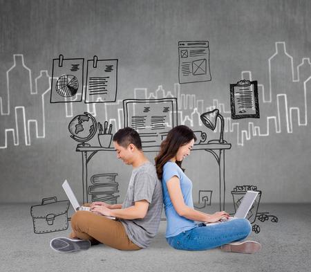 Glückliche junge Paar mit Laptop, während sitzen Rücken gegen Hand gezeichnet Stadt Plan zu unterstützen
