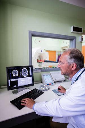 mri scan: Doctor examining brain mri scan on computer at hospital LANG_EVOIMAGES