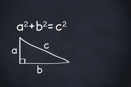 teorema: compuesto digital del teorema de Pitágoras en el fondo de la pizarra