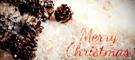 Pine cone: Joyeux No�l contre la d�coration c�ne de pin sur la fausse neige