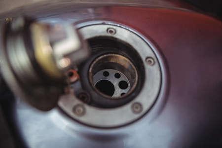 tanque de combustible: tanque de combustible abierto de moto en el taller