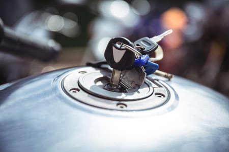 tanque de combustible: Depósito de combustible de la moto con las llaves en el taller
