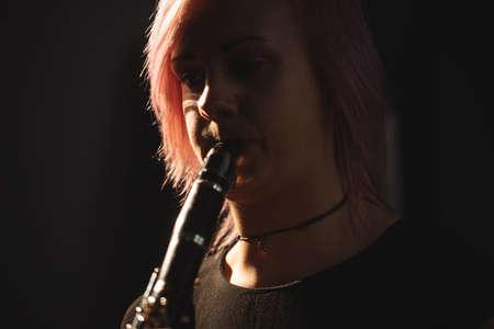 clarinet: Primer plano de mujer tocando un clarinete en la escuela de música LANG_EVOIMAGES