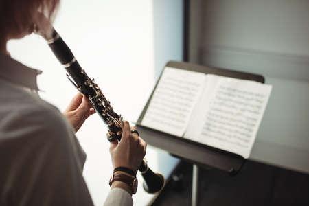 clarinete: Mediados de la sección de mujer tocando un clarinete en la escuela de música