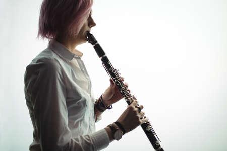clarinete: mujer atento que juega un clarinete en la escuela de música LANG_EVOIMAGES