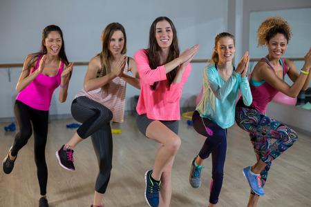 ejercicio aeróbico: Grupo de mujeres que realizan ejercicios aeróbicos en el gimnasio Foto de archivo