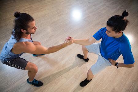 hombres haciendo ejercicio: Dos hombres de la aptitud que ejercitan en gimnasia