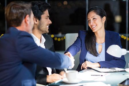 Zakenman het schudden handen met een collega in het bureau Stockfoto