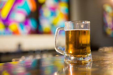 amigos abrazandose: Taza de cerveza en barra en barra