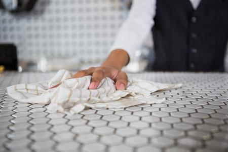 Resultado de imagen de camarero limpiando barra cafeteria