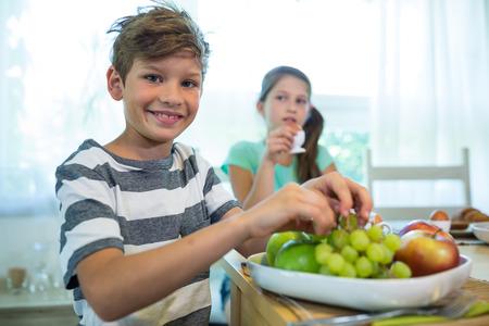 niños desayunando: Los niños que desayunan en casa
