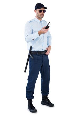 guardaespaldas: oficial de seguridad de la celebración de un walkie-talkie contra el fondo blanco
