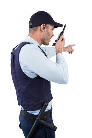 guardaespaldas: Agente de seguridad hablando por walkie-talkie contra el fondo blanco