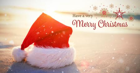 Weihnachtskarte gegen Sankt-Hut am Strand Standard-Bild - 64442505