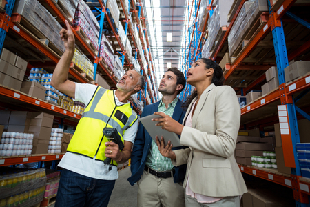 Warehouse team bespreken met digitale tablet in pakhuis Stockfoto