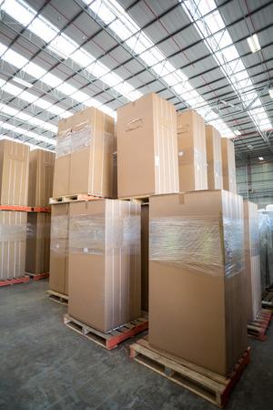 cajas de carton: Pila de cajas de cartón en almacén
