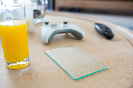 domicile: Juice with a piece of glass on a table at home