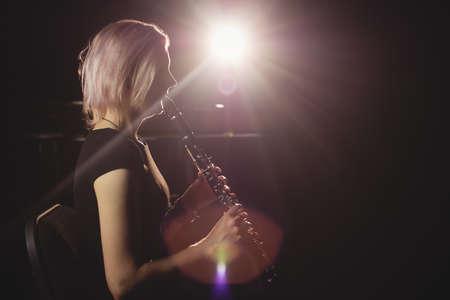 clarinete: Mujer que toca el clarinete en la escuela de música LANG_EVOIMAGES