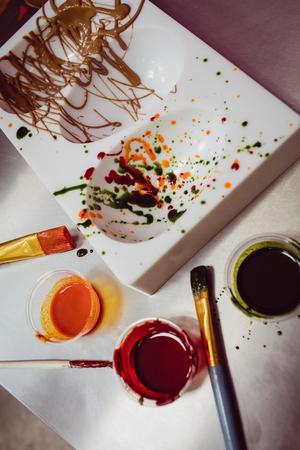 Primer plano de moho de color y pincel en la cocina