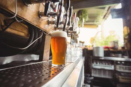 bebidas alcohÓlicas: Close-up of beer pump in a row at bar