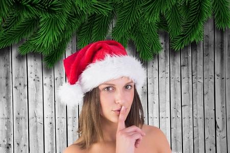 pere noel sexy: Portrait de belle femme dans le chapeau de santa avec le doigt sur les lèvres sur le fond généré numériquement Banque d'images