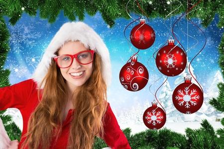 pere noel sexy: Belle femme en costume de Santa souriant à la caméra pendant le temps de Noël Banque d'images