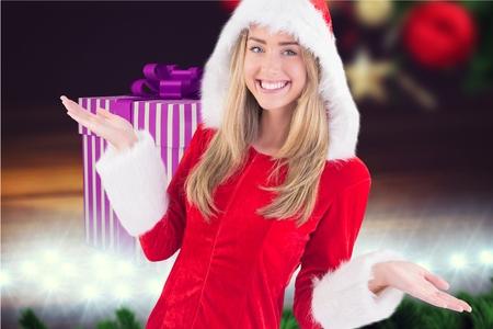 pere noel sexy: Femme en costume de Santa gestes sur fond généré numériquement pendant le temps de Noël
