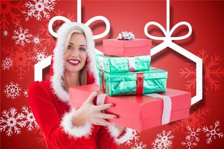 pere noel sexy: Portrait d'une femme belle à santa costume tenant des cadeaux de Noël debout contre un fond généré numériquement Banque d'images