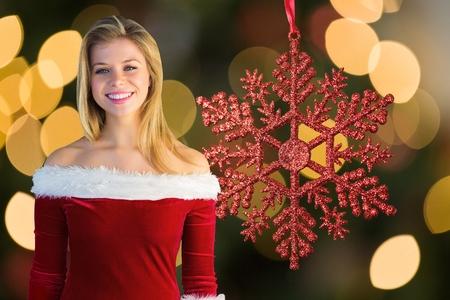 pere noel sexy: Portrait d'une femme belle à santa costume souriant à la caméra pendant le temps de Noël