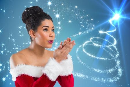 pere noel sexy: Belle femme en costume de Santa soufflant un baiser sur fond généré numériquement