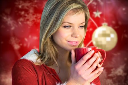 pere noel sexy: femme pensive ayant une tasse de café pendant le temps de Noël
