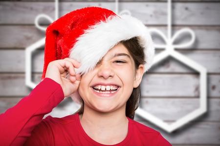 pere noel sexy: Portrait de jeune fille souriante à santa chapeau pendant le temps de Noël
