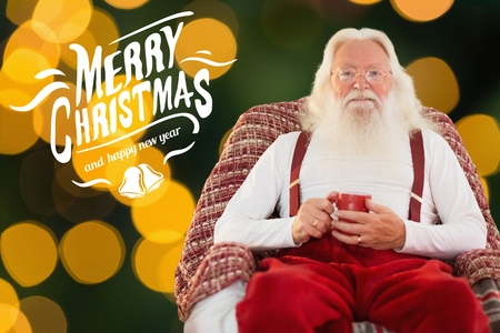 pere noel sexy: Portrait de Père Noël assis sur une chaise et la tenue de la tasse de café pendant le temps de Noël