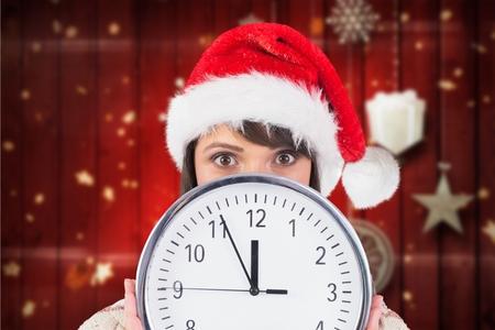 pere noel sexy: Portrait, de, femme, dans, santa, chapeau, cacher, elle, figure, depuis, horloge, pendant, temps Banque d'images