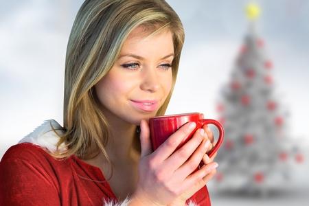 pere noel sexy: Gros plan, réfléchie, femme, santa, costume, tenue, rouge, café, tasse Banque d'images