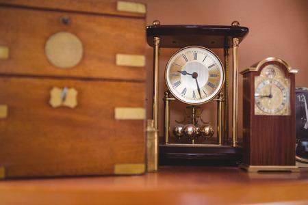 reloj de pendulo: reloj reloj de péndulo en la mesa en el taller Foto de archivo