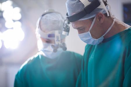 enfermera con cofia: Cirujanos en el quirófano en el hospital Foto de archivo