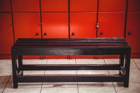 Banco en el vestuario en el gimnasio Foto de archivo