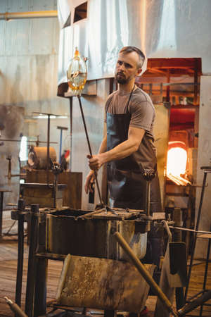 competencias laborales: Soplador de vidrio configuración de un vidrio fundido en la fábrica de soplado de vidrio