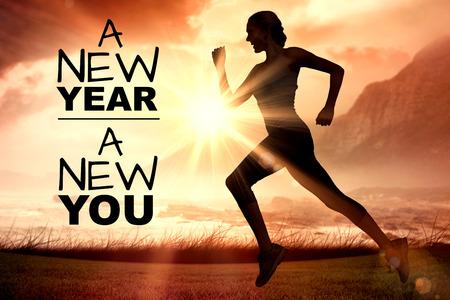 Nouvelle année, vous new contre vue de côté de la silhouette femme en cours d'exécution Banque d'images - 67354601