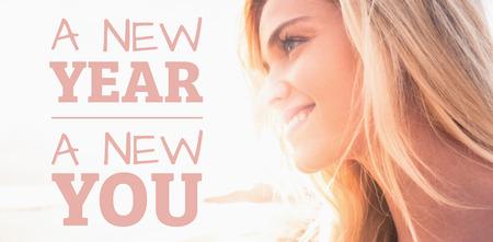 新しい年新しい距離を見て笑顔の女性に対してあなたはビーチします。