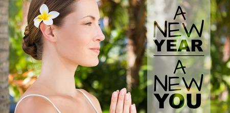 新年新しい側に対してあなたはヨガをやって、自然の美しいブルネットの表示します。